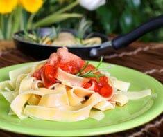 Bandnudeln mit Tomaten und Camembert