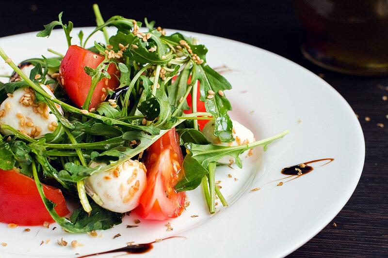 Mozzarella mit Tomaten und Rucola