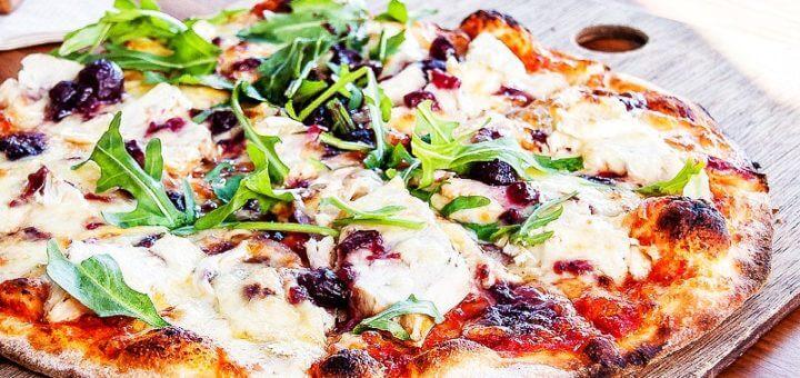 Knusprige Pizza mit Feta und Oliven | Rezept