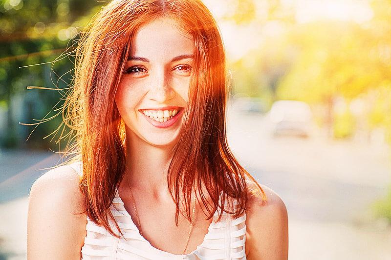 Junge Frau fühlt sich wohl - gesünder leben