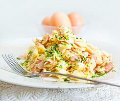 Schinkenfleckerl mit grünem Salat | Rezept