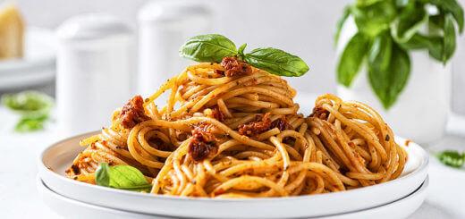 Spaghetti con peperoni e pomodori secchi | Rezept