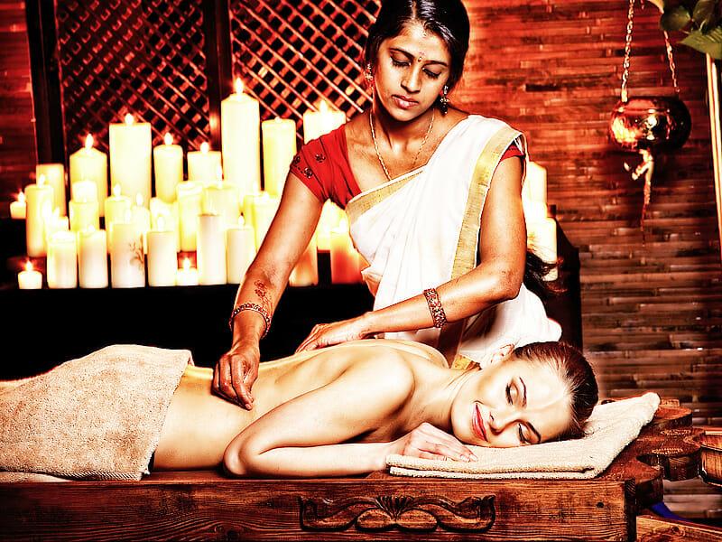 Frau bekommt Ayurveda Behandlung