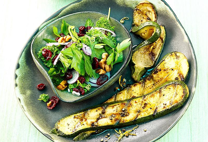 Gegrillte Zucchini mit Cranberry-Petersilien-Salat | Rezept