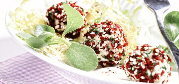 Frischkäse-Cranberries-Kügelchen auf frischem Salat der Saison | Rezept