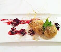 Marzipan-Topfenknödel mit Kirschen