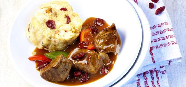 Gulasch mit Serviettenknödel & Crannberries | Rezept