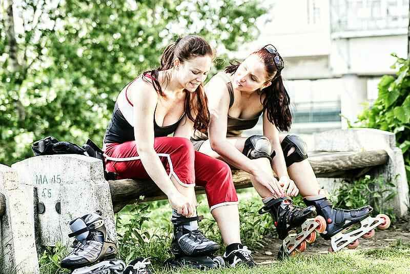 Skaten - Frauen mit Ausrüstung
