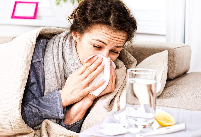 Grippe - Frau mit Influenza