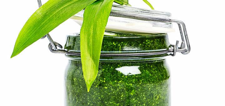 Bärlauchpesto im Glas mit Bärlauchblättern