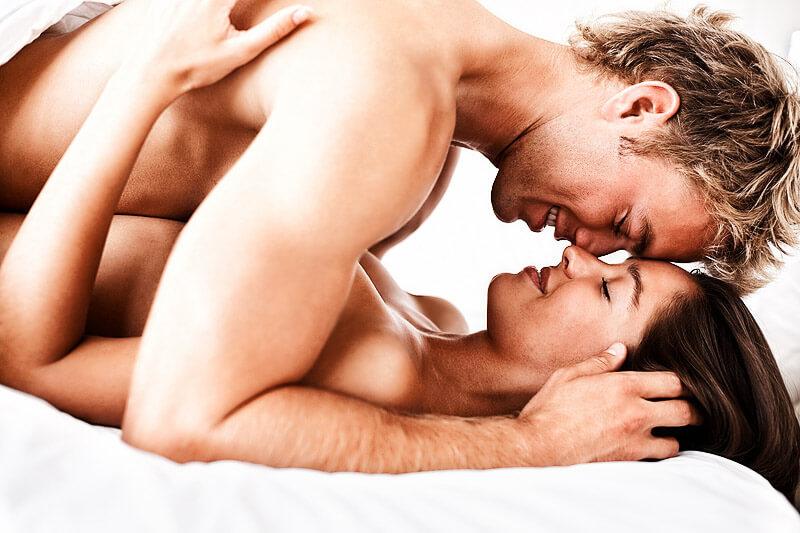 Liebespaar im Bett - Liebesstellungen & Sexpositionen
