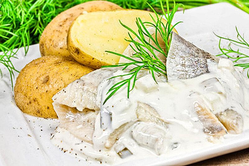 Heringsalat mit Kartoffeln und Dill