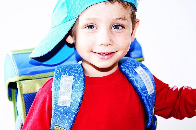 Kind mit Schultasche