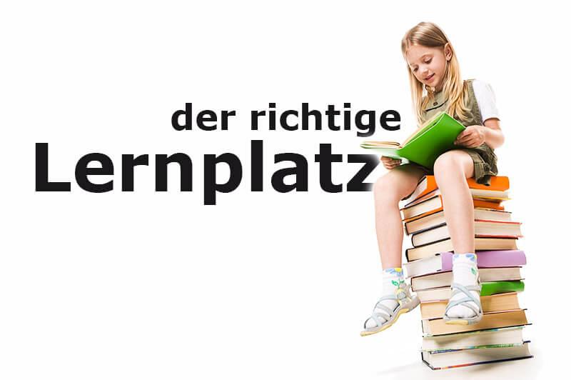 Mädchen sitzt auf Bücherstapel und liest