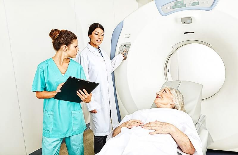 Nuklearmedizin - Patientin erhält Kernspintomographie