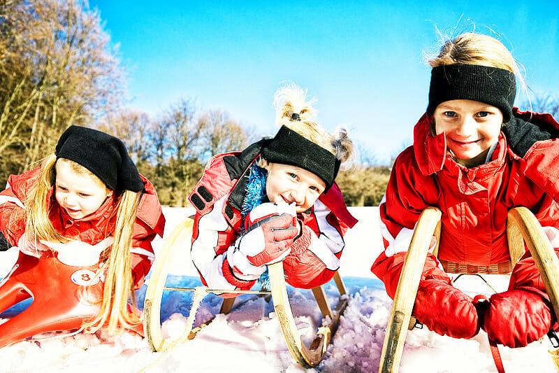 Kinder auf Rodeln im Schnee - gestärktes Immunsystem