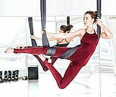 Aerial Yoga – traditionelle Yogahaltungen & Luftakrobatik