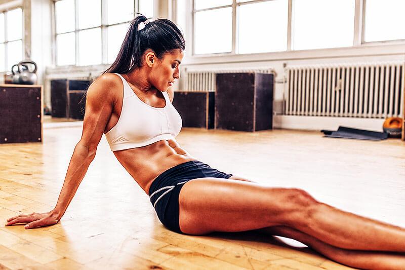 Frau relaxt nach dem Training der Tiefenmuskulatur