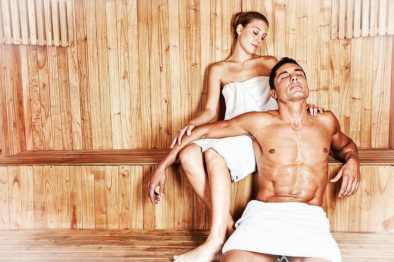 Saunabaden - Paar entspannt