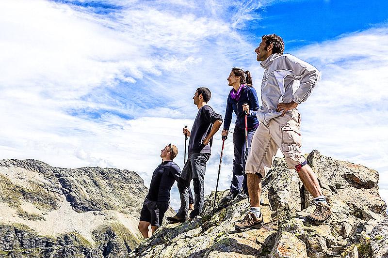 Wandern - Bergkamaraden am Gipfel
