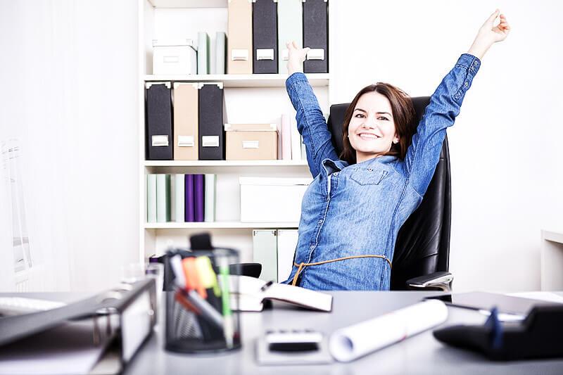 Anti-Stress-Programm: Frau im Büro lässt sich nicht stressen