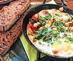 Shakshuka (Pochierte Eier in Tomatensauce) | Rezept
