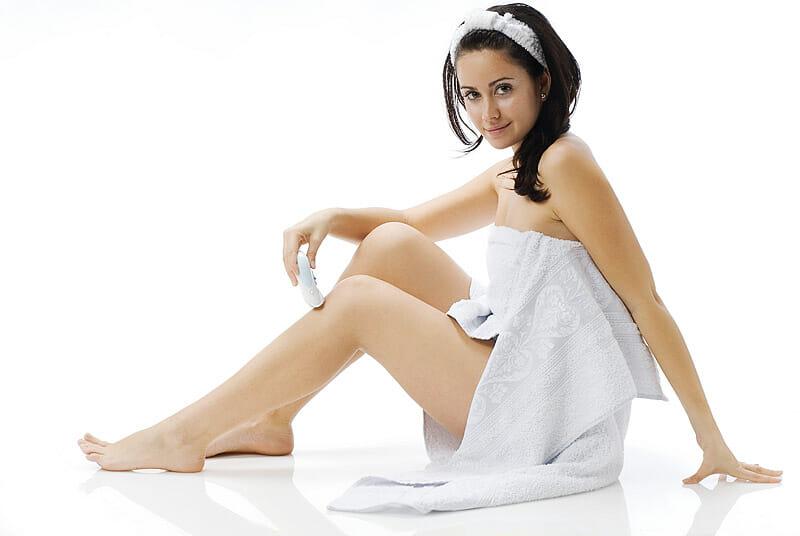 Haarentfernung: Frau rasiert ihre Beine