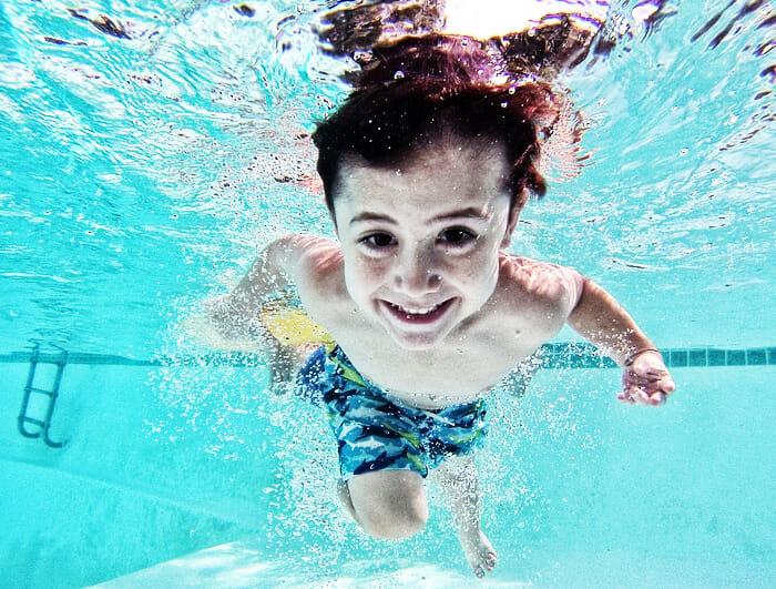 Schwimmen lernen schon in jungen Jahren