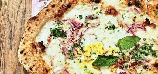 Pizza bianca - weiße Pizza mit roten Zwiebeln | Rezept