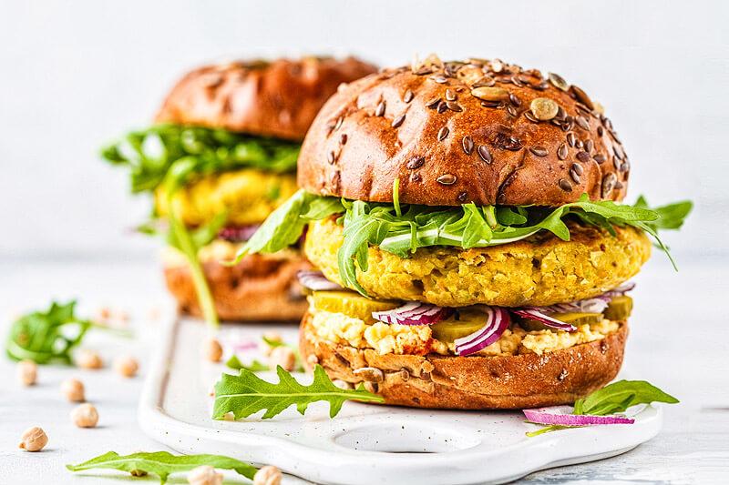 Veganer Kichererbsen Burger mit Hummus und Rucola