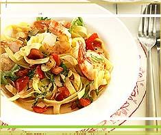 Tagliatelle mit Garnelen und knackigen Tomaten