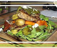 Gebratene Filetscheiben auf Gemüsesalat