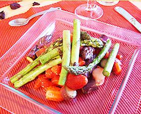 Spargelsalat mit gepfefferten Erdbeeren